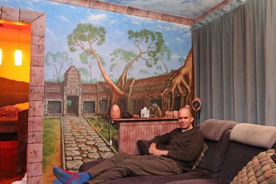英男子巧借壁纸变公寓为主题公园