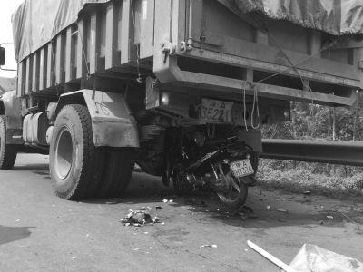货车司机树枝当警示牌 男子骑摩托车冲车底身亡