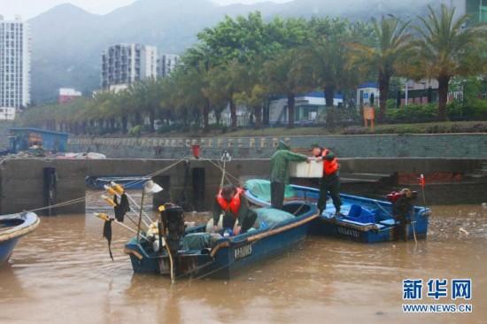 组图:深圳局部降雨频率超50年一遇 河堤坍塌