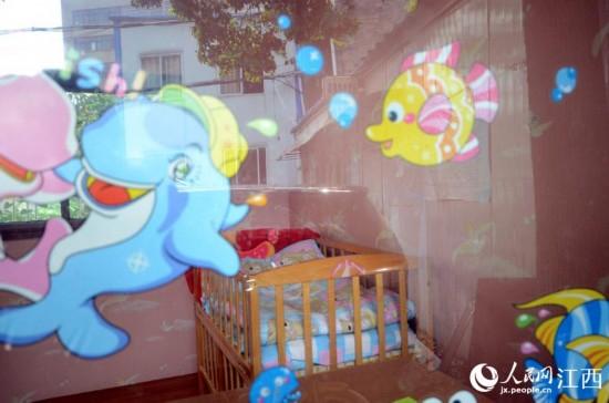 """""""婴儿安全岛""""的外墙玻璃上贴着卡通图片"""