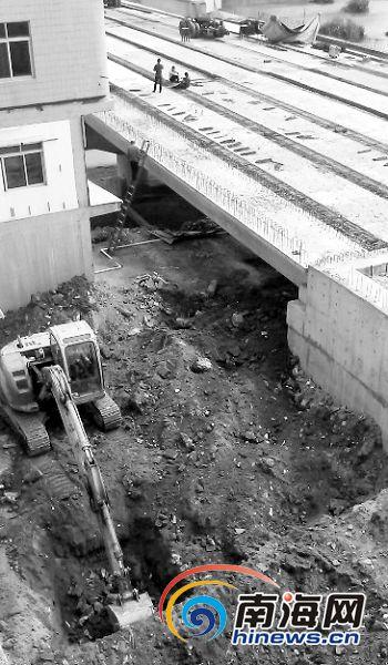 三亚崖城大桥护堤上建公厕