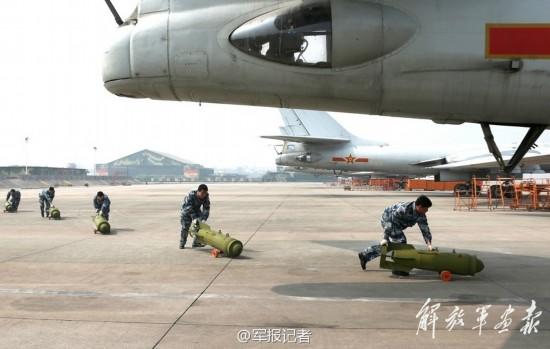 组图:我军靠人力手推给轰-6装填炸弹