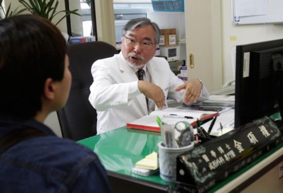 韩国医生28年助320人变性