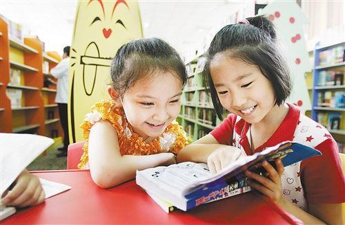 小朋友正在重庆市少儿图书馆新馆看书.
