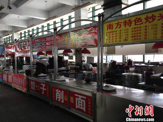 """河南一高校餐厅""""罢工""""学生无奈吃泡面(图)"""
