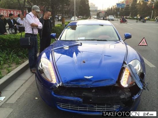 阿斯顿马丁掉头撞废出租车 前轮车轴成两截 高清图片