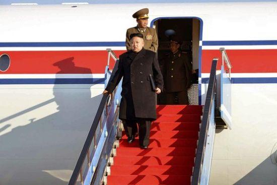 朝媒公布金正恩下飞机照片 多次乘飞机视察