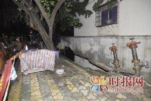 玛瑙花园堡坎垮塌砸向便利店 居民出门拿快递躲过一劫