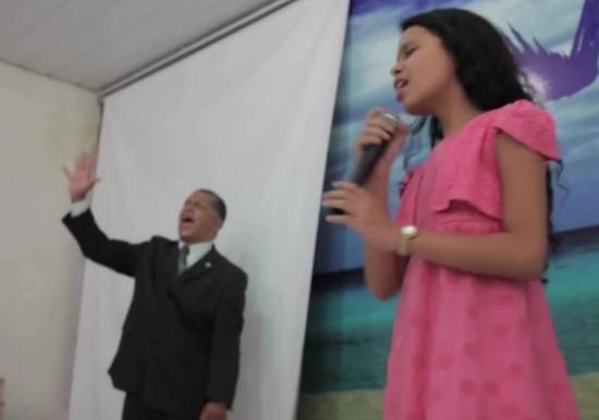 """巴西女童称能""""通灵""""上帝治绝症"""