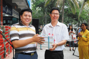 海南省人大代表黄桂提向儋州农民工捐赠图书