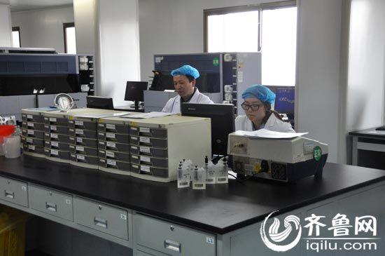 山东省血液中心工作人员在化验血液。