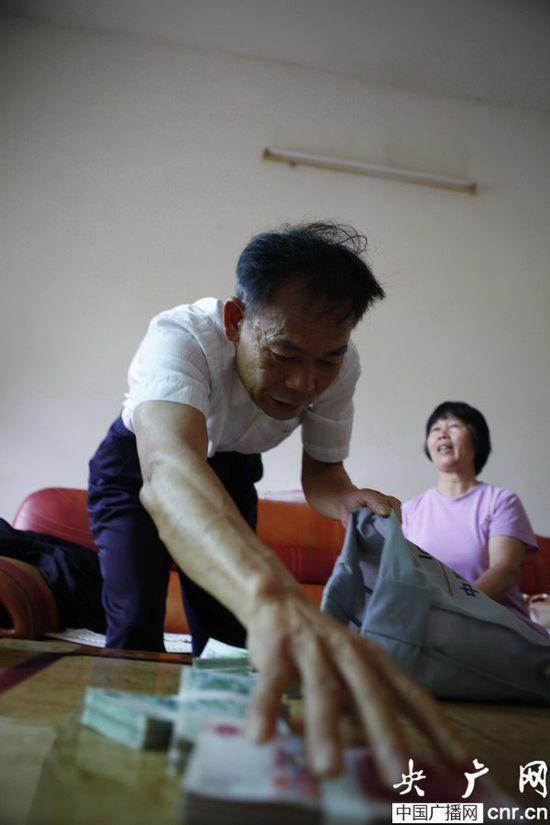 """广东一村干部受贿后拎12万赃款""""自首""""5个月未果_央广网"""