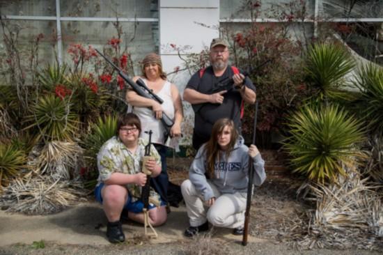 摄影师拍持枪美国百姓 展示枪支文化