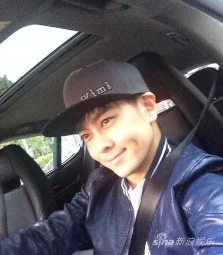 林志颖晒驾车自拍照鸭舌帽绣儿子Kimi名字(图)