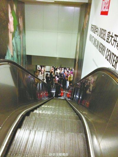 2日,上海地铁静安寺站,故障电梯已经被暂停使用      新华社发
