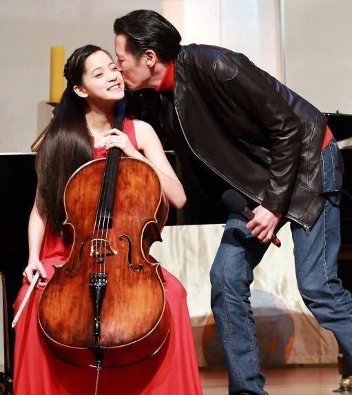 4岁天才大提琴演奏美少女走红:全家都是靓女帅