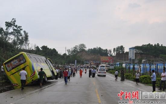琼中2中巴车相撞 30余乘客被救出1女子死亡