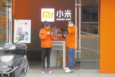 水碾河路上一家颇具小米风格的手机专卖店.