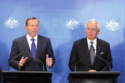 """昨天,马来西亚总理纳吉布(右)抵达珀斯与澳大利亚总理阿博特(左)召开联合发布会。京华时报记者陶冉摄登录手机应用平台,免费下载并使用""""云拍"""",拍摄图片观看视频。"""