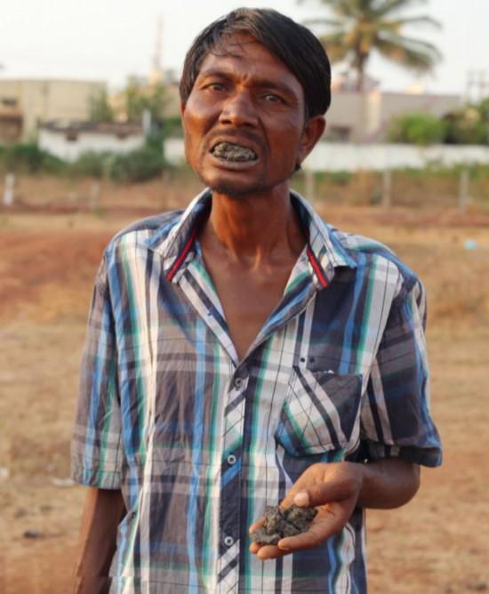 印度男子嗜好啃食磚塊泥巴 欲表演掙錢