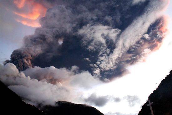 厄瓜多尔火山喷10000米高烟柱 遮天蔽日(图)