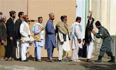 阿富汗民众爆炸声中选总统 候选人背景解密