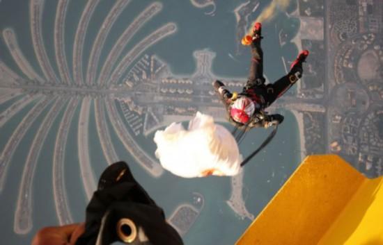 男子携世界最小降落伞跳伞创纪录