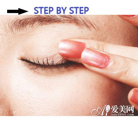 STEP 6:手指按压更服帖-假睫毛怎么贴才自然 详细图解步骤