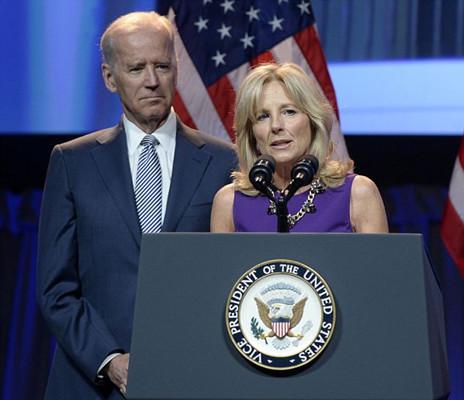 美国副总统拜登调侃妻子 称每晚睡大学教授