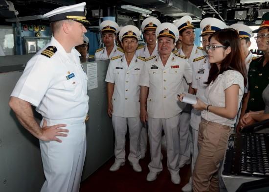 图:越南海军上美军宙斯盾舰参观 女翻译抢眼