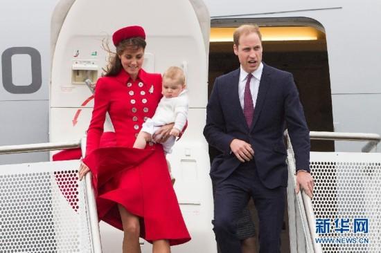 英国小王子乔治出访首秀不怯场