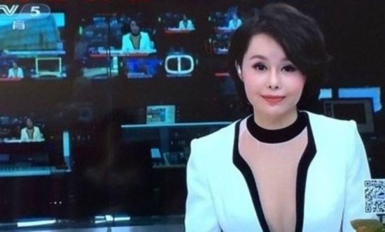 组图:央视女主播节目性感露深V 自拍照曝光