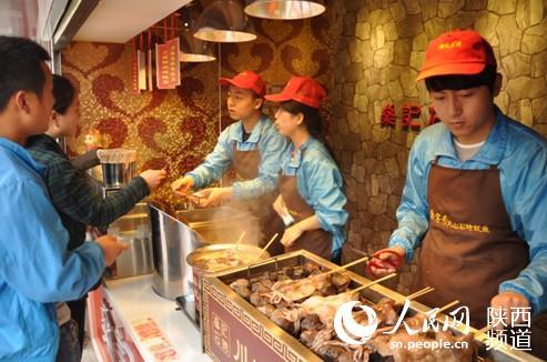 学长带学弟 大学生西安街头卖鱿鱼