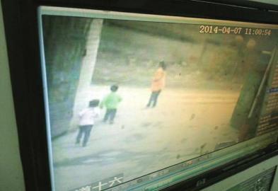 监控显示,小雨芯跟着一个陌生小孩从后门走出小区。