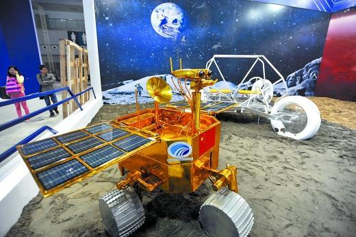 中国载人月球车亮相:最多载两人 可无障碍行驶