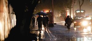 海口:春雨晚来急 出门带雨具