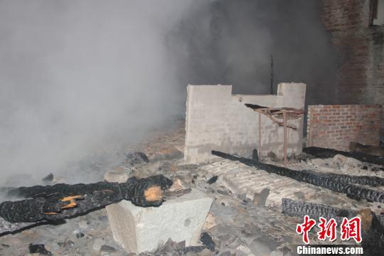 福建福鼎民房突发大火蔓延迅速 7间房被烧毁
