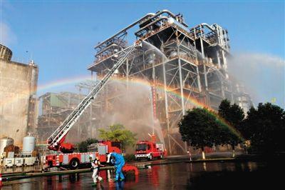 2013年11月22日,消防人员在厦门海沧石化企业灾害事故应急救援演练现场演练。新华社发