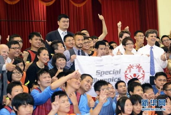 (体育)(1)姚明、杨扬、中田英寿参访台湾新北特殊教育学校