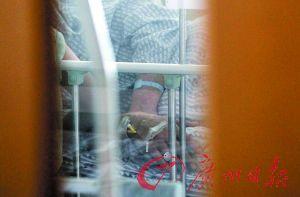 遭口罩男攻击受伤的城管队员在医院接受治疗。