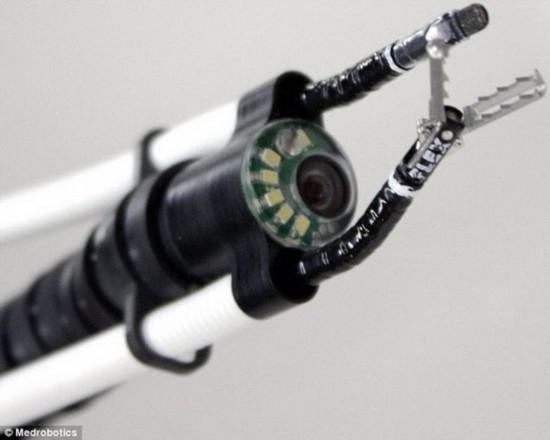 新款机器蛇当医学专家 钻入患者口中手术操作