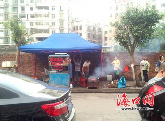 小贩人行道烤猪浓烟滚滚 市民被熏不敢开窗
