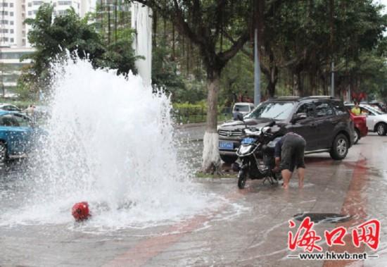 """海口:消防栓被撞断变""""喷泉"""" 市民""""接水""""洗车"""