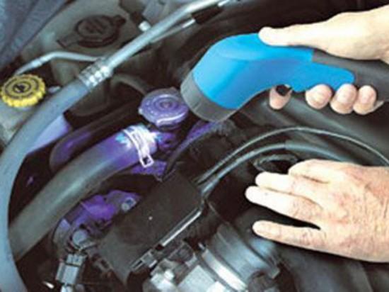 酷热夏季的到来,让车主们也对汽车空调越来越依赖。但空调经常会出现这样那样的故障,车主要想自己进行检修,还是要学会些小技巧呢。   汽车空调不制冷或冷气不足是空调器的常见故障,多见于制冷系统密封性出现问题,因为现代轿车所用的制冷剂R134a渗透性强的缘故。归纳起来主要有三个方面:空调系统机械故障、空调系统电器电路故障、冷媒及冷冻油故障。   一、空调系统机械故障   空 调系统机械故障主要包括压缩机故障、冷凝器及风扇故障、鼓风机故障、储液干燥器、膨胀阀故障和蒸发器故障。判断是否为压缩机故障要看传动皮带
