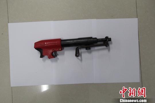 陈列有/图为郑某用来打破陈列有金器的展柜玻璃的射钉枪。林汉志摄
