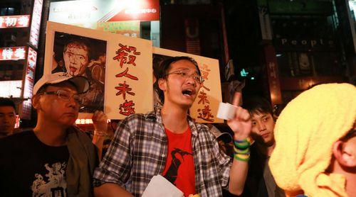 """台北包围警局带头人遭批民众""""谴责小孬种"""""""