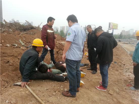 施工人员躺在沟渠旁边,意识模糊,120急救人员做完检查后,将伤者紧急送往医院。 目击者供图