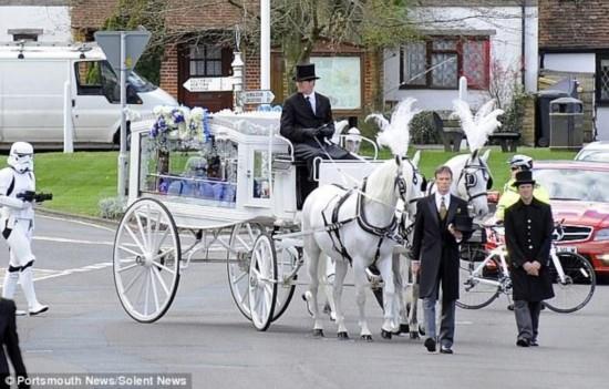 """英国男孩患病去世 家人举行""""星战""""葬礼(组图)"""