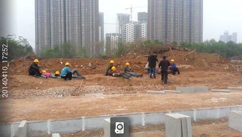 施工人员躺在沟渠旁边,意识模糊,120急救人员做完检查后,将伤者紧急送往医院。目击者供图