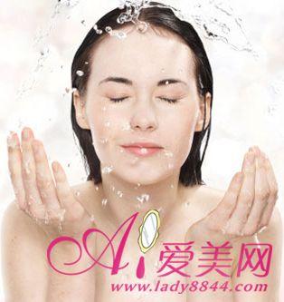 """洗脸水加点""""料""""肌肤越洗越白嫩【8】健康卫生频道"""